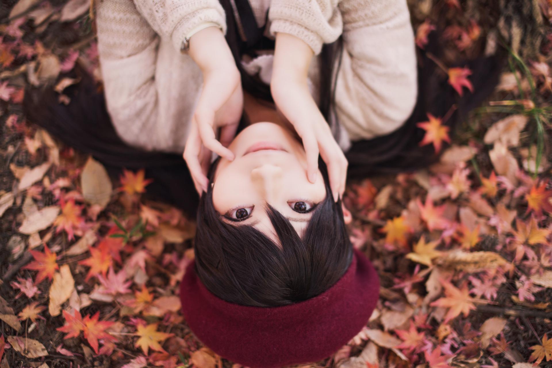 紅葉の上に横たわる model:ゆうさん
